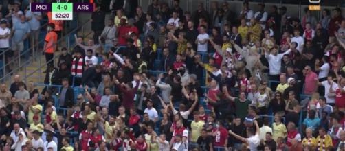 Les supporters d'Arsenal célèbrent le 4e but de City (Source : capture Youtube)