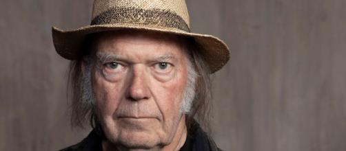 Neil Young: in un recente post ha attaccato i promoter dei concerti rei di diffondere il covid