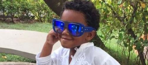 Roque, de 7 anos, posa com look arrasador (Foto: Reprodução/Instagram/@reginacase)