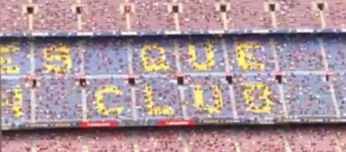 Les tribunes du Camp Nou insultent le PSG (Source : capture Youtube)