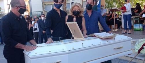 Si sono svolti questo pomeriggio i funerali di Simona Cavallaro, la 20enne sbranata da un branco di cani in una pineta.