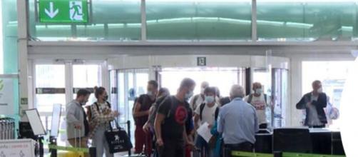 El supuesto asesino del niño fue detectado por cámaras de seguridad en el aeropuerto de El Prat. (Captura y difusión @mossos)