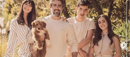 Marcos Mion posa com a família para capa de revista (Reprodução/Instagram/@marcosmion)