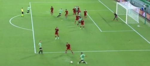 Fékir marque un sublime but contre la Roma, les fans doutent qu'il soit volontaire - Source : capture d'écran, Twitter @InstantFoot