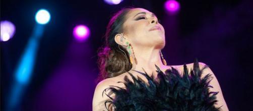 Isabel Pantoja, espléndida con un vestido negro con plumas en su primer recital en quince meses. (Instagram @tiopepefestival)