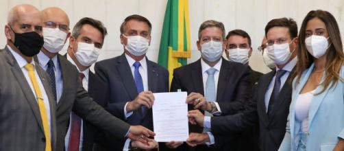 Bolsonaro entrega ao presidente da Câmara, Arthur Lira (PP-AL), a medida provisória do novo Bolsa Família (Marcos Corrêa/PR)