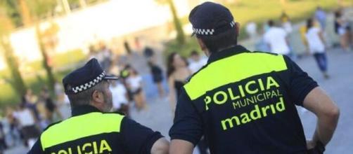 Fotografía de 2 agentes de la Policía Municipal de Madrid (Fuente: Captura de redes)