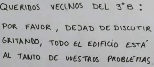 Imagen de la nota que la comunidad de vecinos de un edificio ha dejado a unos vecinos (Fuente: Twitter)
