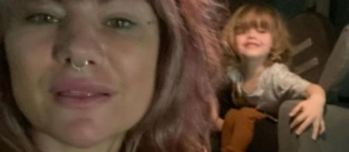 La bloguera australiana Constance Hall con uno de sus hijos (vía Instagram, @mrsconstancehall)
