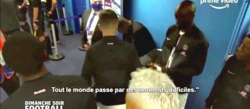 L'échange avec les micros entre Wijnaldum et Mbappé (Source : capture Youtube)