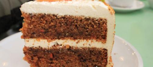 Torta di carote e noci, un dessert fresco e delicato.
