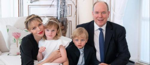 Alberto de Mónaco en un posado oficial con Charlene y sus hijos Jacques y Gabriella. (Palais Princier) (