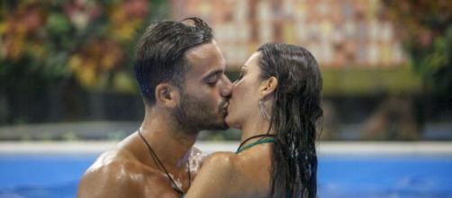 Il bacio tra Pierpaolo Pretelli ed Elisabetta Gregoraci