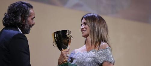 Penélope Cruz recibe su premio en la clausura del 78° 'Mostra Internacional de Cine de Venecia'. (Vía: @la_Biennale)