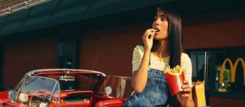 Aitana comiendo patatas del menú que promociona (Instagram: @Aitanax)