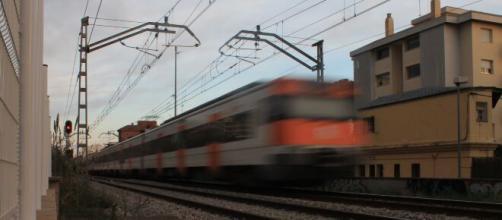 Un chico de 26 años fue arrollado por un tren en las vías (Wikimedia Commons)