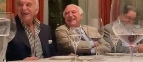 Michel Temer (centro) e Naji Nahas (esq.), anfitrião do evento, dão risada de imitação (Reprodução/Redes Sociais)