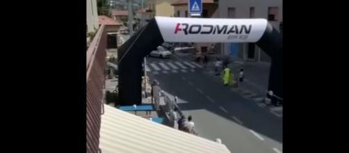 Savona, auto taglia la strada ai ciclista durante la volata: cinque feriti.