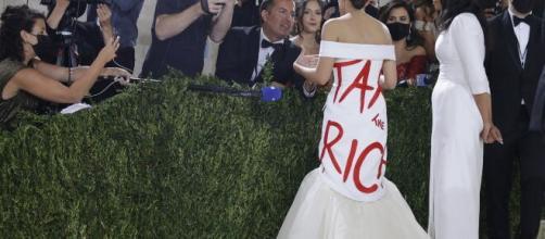 Alexandria Ocasio-Cortez al Met Gala 2021 con l'abito manifesto.