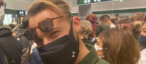 Kerem Bürsin durante il suo arrivo all'aeroporto di Malpensa.