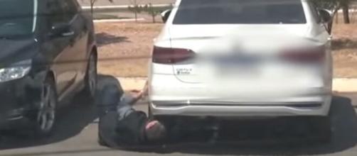 Sem saber que estava sendo filmado, detetive particular instala rastreador em carro de jornalista em Cuiabá (Reprodução/YouTube)