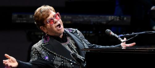 Elton John rinvia il tour a seguito di una brutta caduta.
