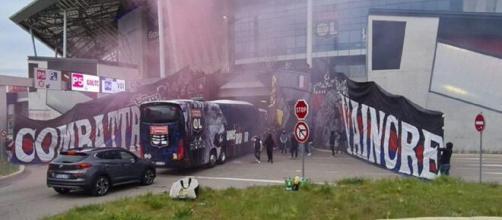 Le bus de l'OL a été tagué par des supporters des Rangers (capture YouTube)