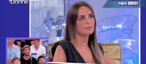 Uomini e donne, Andrea Nicole rifiutata dai corteggiatori, fan polemici: 'È mortificante'.