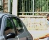 Anna Corona davanti alla scuola elementare di Palermo dove ha iniziato a lavorare come collaboratrice scolastica.