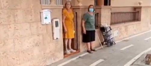 El carril bici que pasa por la puerta de la propiedad de la calle Islas de Dragoneras en Almería. (Captura de vídeo @GMS_Almeria)