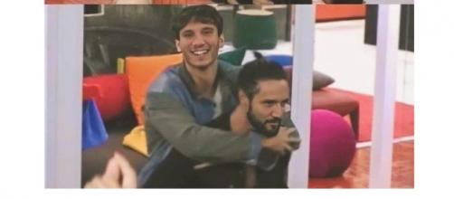 GF Vip, Alex prende in braccio Manuel e lo fa ballare: spettatori commossi e conquistati.