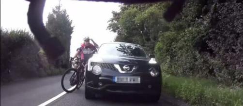 Gran Bretagna, ciclisti schierati in strada a coppie: automobilista aggredisce un corridore colpendolo con dei pugni nel volto.