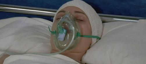 Un posto al sole, Susanna Picardi (Agnese Lorenzini), in coma, nel letto d'ospedale.