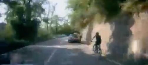 Varese, auto sorpassa un corridore e lo stringe fino a farlo cadere: il ciclista è ferito.