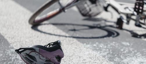 Cuneo, auto travolge ciclista: l'uomo alla guida si ferma per soccorrere e viene investito.