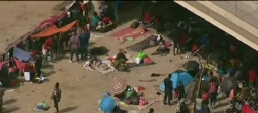 Thousands of migrants converge under Texas bridge, posing new challenge for Biden (Image source: France 24 English/YouTube)