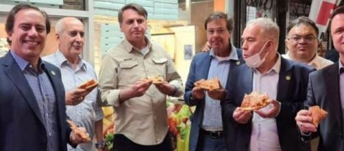 Bolsonaro come pizza na rua com comitiva em Nova York (Reprodução/Redes Sociais)