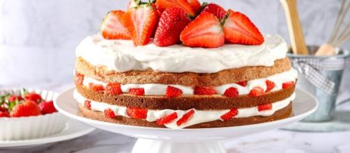 Torta farcita con fragole e panna, una vera delizia per il palato.