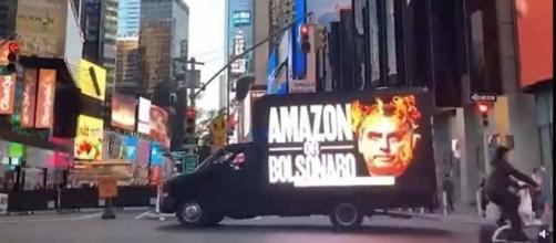 Caminhão com críticas a Bolsonaro estacionado em centro comercial de Nova York (Arquivo Blasting News)