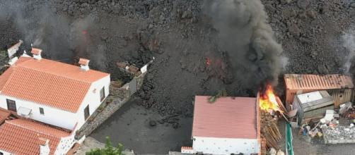 El avance de la lava sobre las poblaciones y el riesgo de las emanaciones gaseosas del volcán canario. (Twitter @BomberosTf)