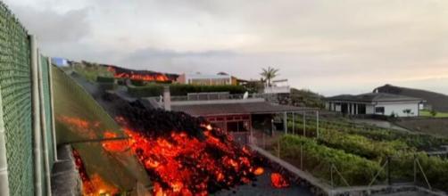 La lengua de lava sigue avanzando en La Palma tras la ocurrencia de un terremoto de 4,2 (RTVE Noticias)