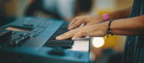 Piseiro foi criado e é tocado pelos artistas no teclado (Oscar Ivan Esquivel Arteaga/Unsplash)