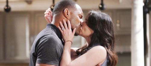 Beautiful: Quinn e Carter cedono alla passione.