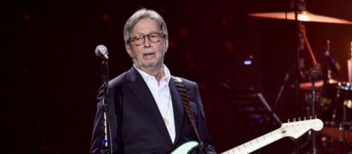 Eric Clapton tornerà in concerto e suonerà in location che prevedono il Green Pass