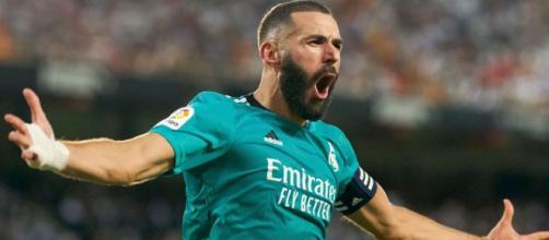 Karim Benzema porte fièrement le nouveau maillot bleu turquoise du Real Madrid - Source : capture, Instagram @karimbenzema