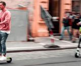 El patinete eléctrico, un medio de transporte cada vez más popular que tiene sus riesgos y pocos controles. (Unsplash)