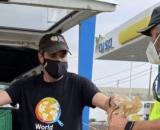 Un miembro de la ONG entregando comida (Twitter @chefjoseandres)