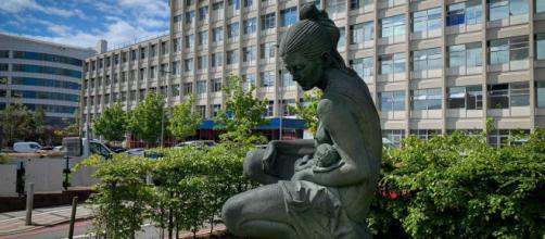 El frente del Hospital de Mujeres de Birmingham, donde la embarazada esperó en el parking (Imagen institucional)