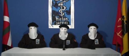 Terroristi dell'ETA durante una conferenza.