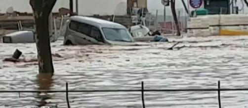 Un coche siendo arrastrado por el agua (Antena 3)